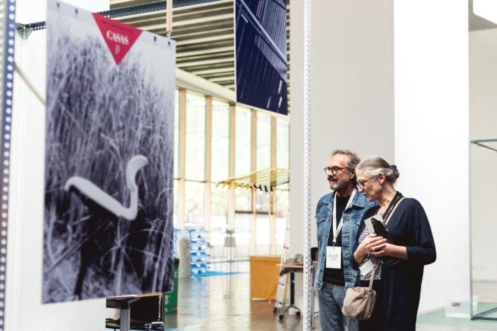 Josep Maria Mir viendo su exposición junto a Pilar Vélez