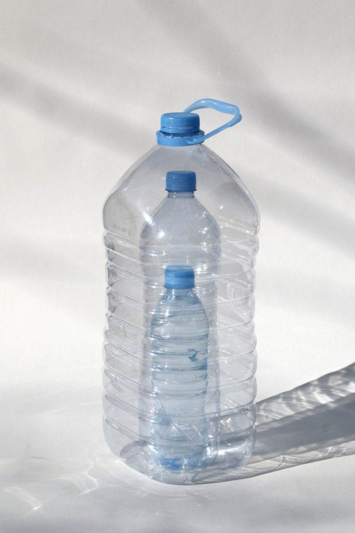 Imagen de Octavi Serra. Tres envases para agua uno dentro del otro.