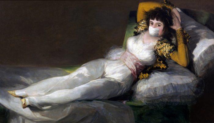 Maja vestida con mascarilla