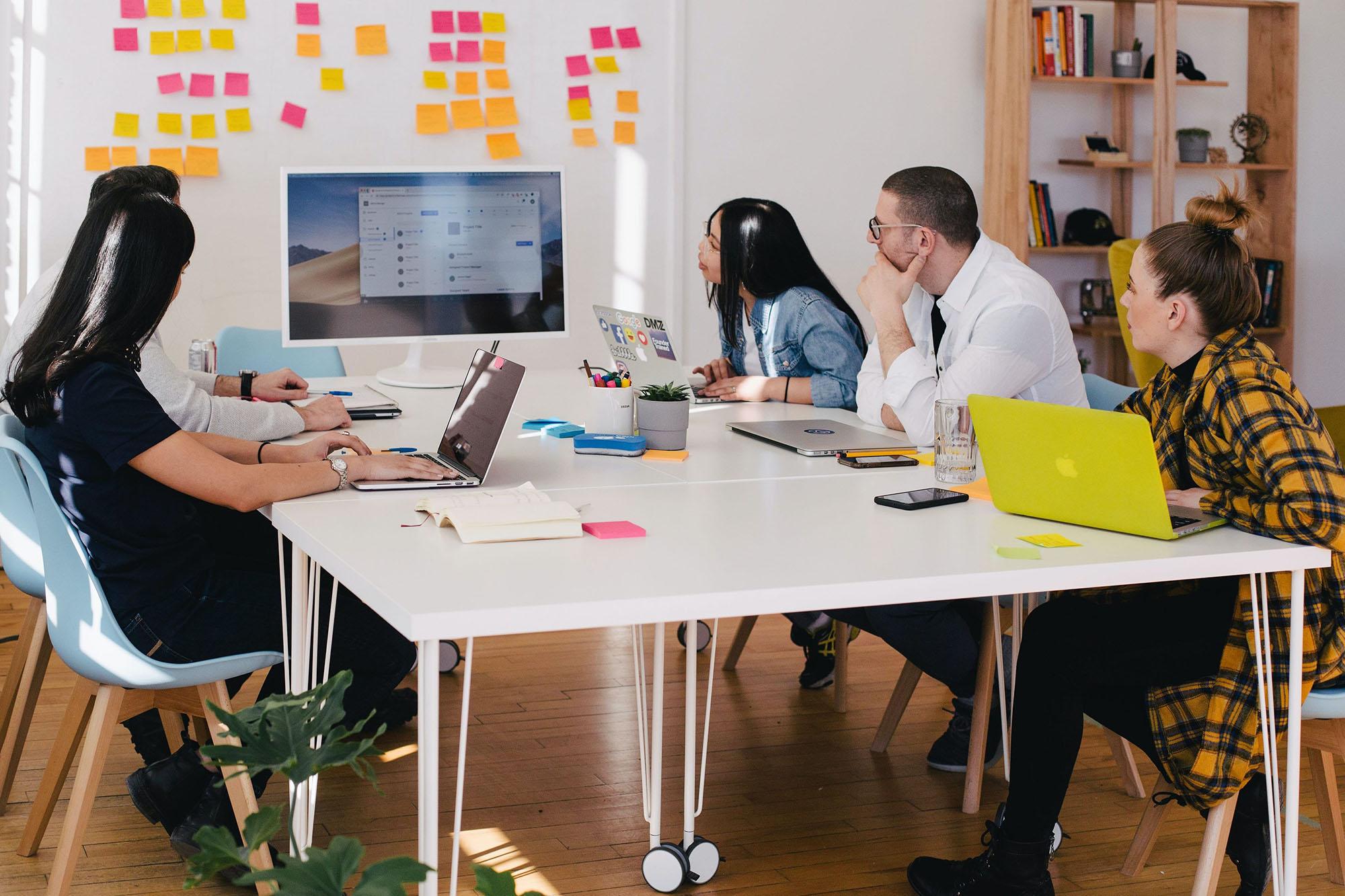 grupo de trabajo investigando en diseño