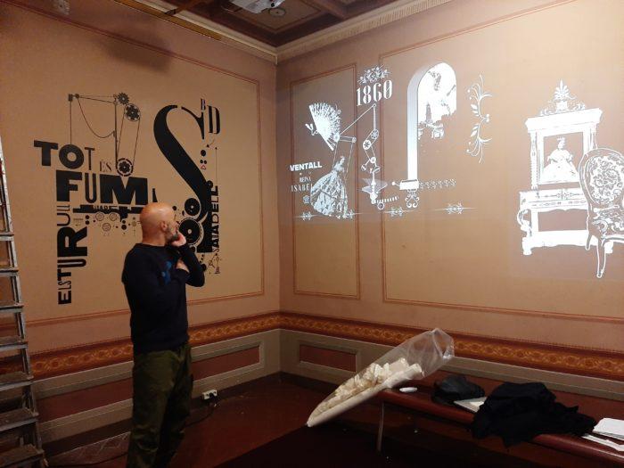 Lluís Campmajo en una sala del museo ante la instalación de videomapping