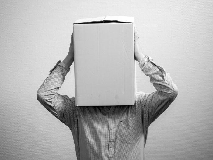 Retrato de una persona con caja en la cabeza