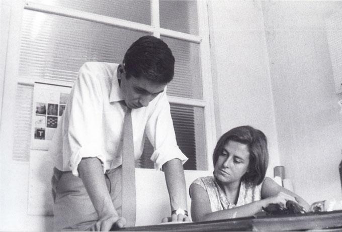 Yves Zimmermann y Toni Miserachs en Laboratorios Geigy, 1964-65.