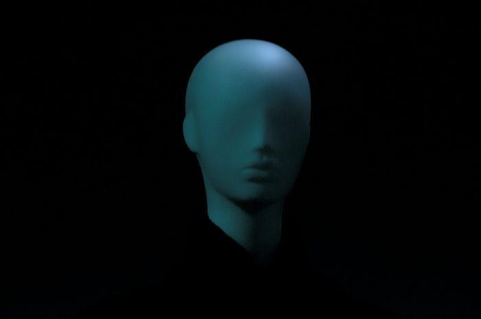 el rostro difuso de un maniquí
