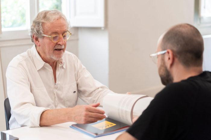Josep M Trias hablando con Vicent Almiñana